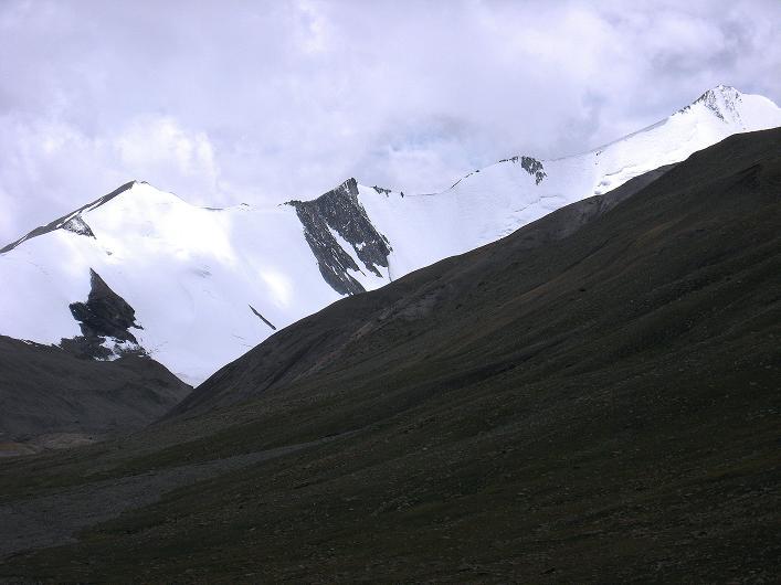 Foto: Andreas Koller / Wander Tour / Über Nimaling auf den Konmaru Ri (5446 m) / Der überfirnte Grat zum Gapo Ri (6090 m) - ganz rechts / 15.09.2008 22:43:21