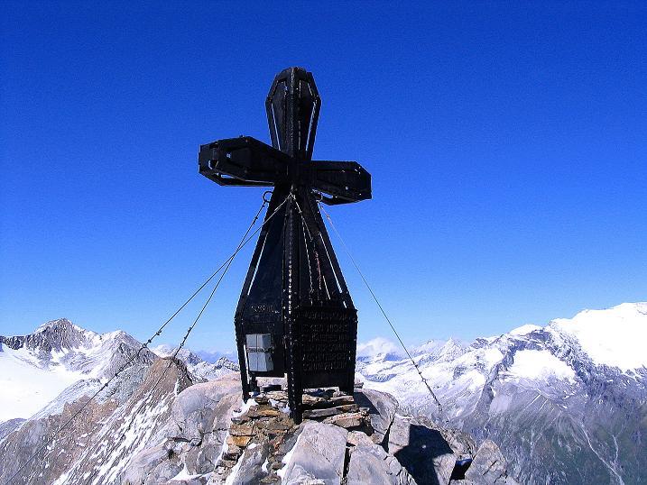 Foto: Andreas Koller / Wander Tour / Auf dem Saazerweg auf die Vordere Kendlspitze (3088m) / Das große Gipfelkreuz auf der Vorderen Kendlspitze / 15.09.2008 23:25:42