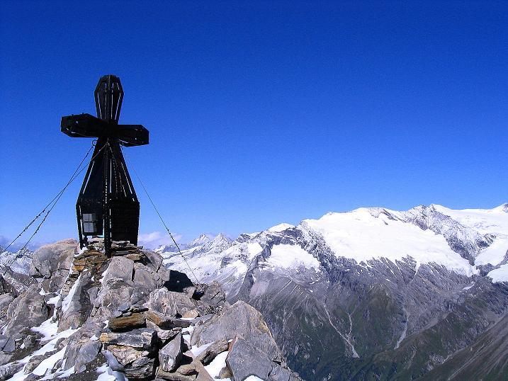 Foto: Andreas Koller / Wander Tour / Auf dem Saazerweg auf die Vordere Kendlspitze (3088m) / Kendlspitz-Gipfelkreuz gegen Glocknergruppe / 15.09.2008 23:24:58