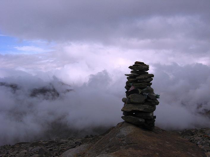 Foto: Andreas Koller / Wander Tour / Von Nimaling auf den Theny Ri (5765m) / Tolle Wolkenstimmung beim Gipfelsteinmann / 17.09.2008 23:40:34