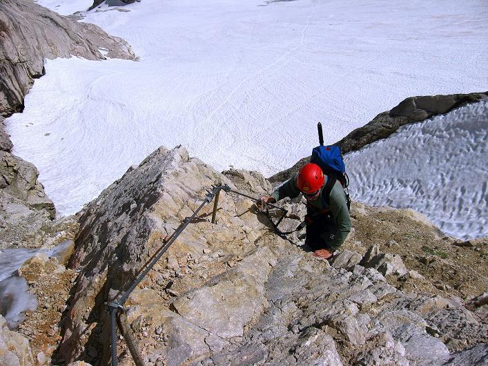 Foto: Andreas Koller / Klettersteig Tour / Marmolada (3343m) - Westgrat Klettersteig (Hans Seyffert Weg) / Steil über dem hier harmlosen Gletscher / 18.09.2008 00:34:24