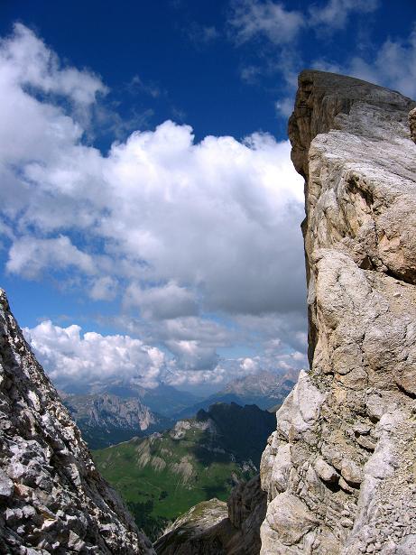 Foto: Andreas Koller / Klettersteig Tour / Marmolada (3343m) - Westgrat Klettersteig (Hans Seyffert Weg) / Blick durch die Scharte / 18.09.2008 00:32:43