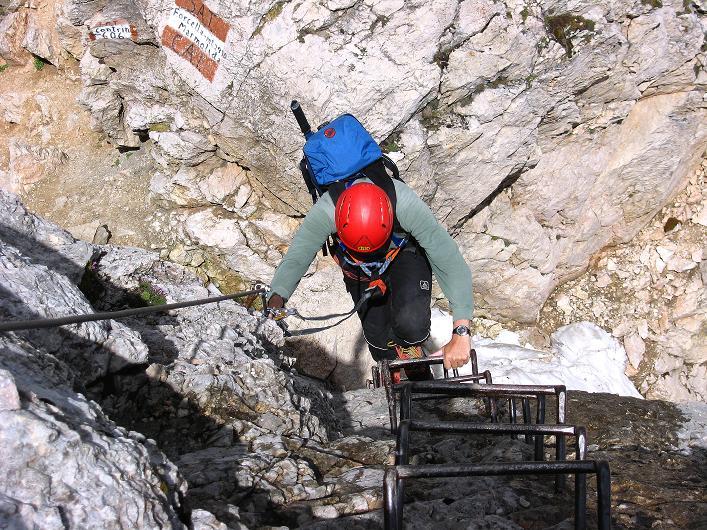 Foto: Andreas Koller / Klettersteig Tour / Marmolada (3343m) - Westgrat Klettersteig (Hans Seyffert Weg) / Trittbügelreihe oberhalb der Storcela de la Marmolada / 18.09.2008 00:32:27
