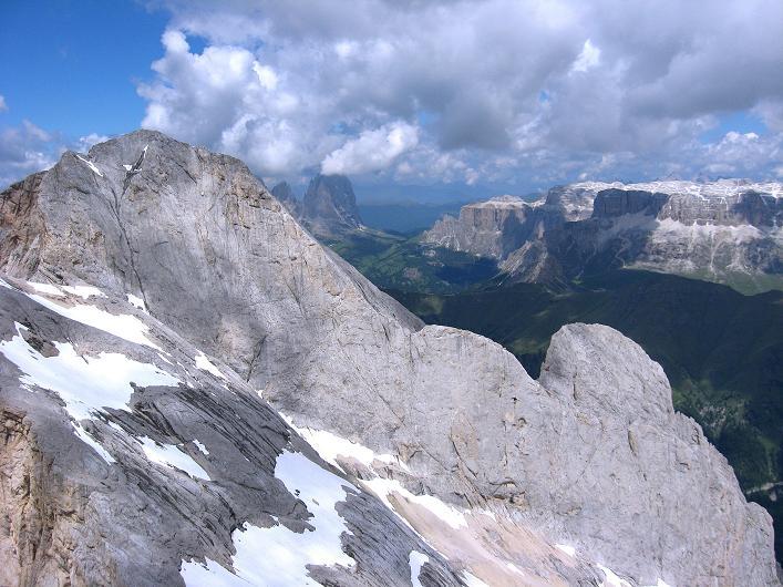Foto: Andreas Koller / Klettersteig Tour / Marmolada (3343m) - Westgrat Klettersteig (Hans Seyffert Weg) / Blick nach NW: Gran Vernel (3205 m), Langkofel (3181 m) und Sella (3152 m) / 18.09.2008 00:31:27