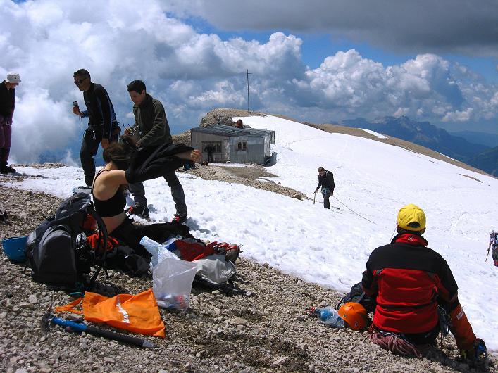 Foto: Andreas Koller / Klettersteig Tour / Marmolada (3343m) - Westgrat Klettersteig (Hans Seyffert Weg) / Capanna Punta Penia vom Gipfel / 18.09.2008 00:28:42