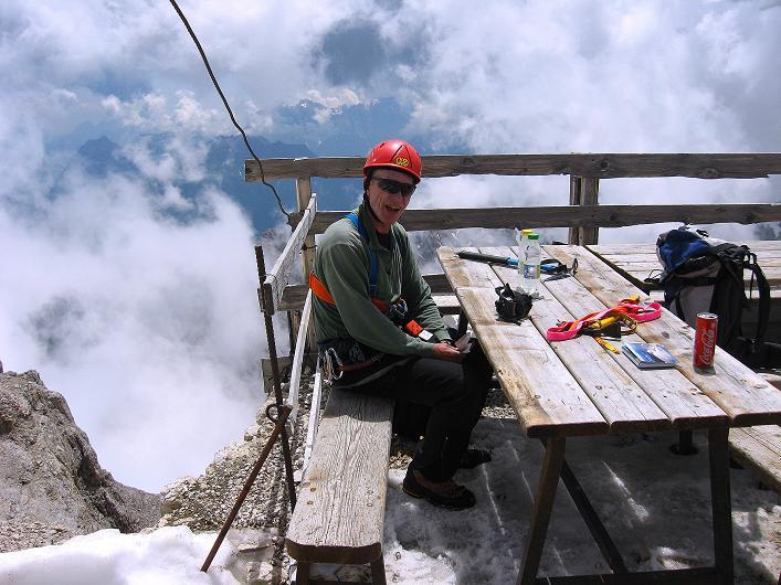 Foto: Andreas Koller / Klettersteig Tour / Marmolada (3343m) - Westgrat Klettersteig (Hans Seyffert Weg) / rast auf der Capanna Punta Penia / 18.09.2008 00:27:52