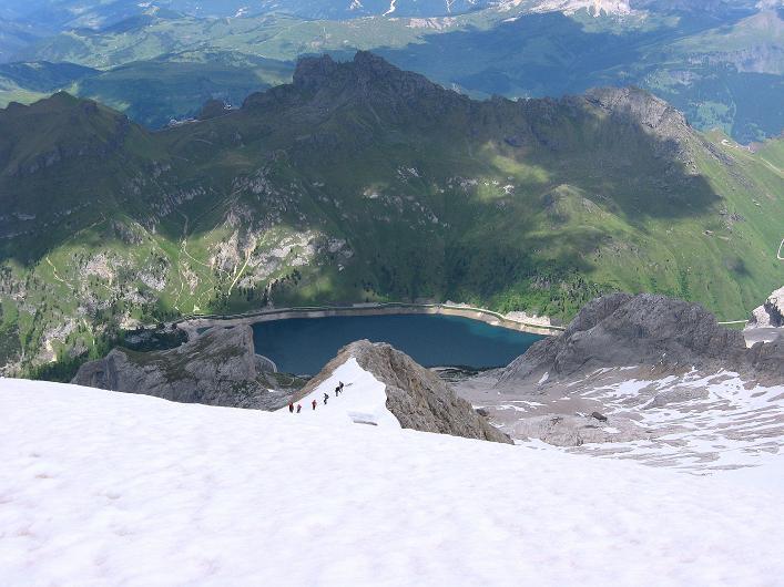 Foto: Andreas Koller / Klettersteig Tour / Marmolada (3343m) - Westgrat Klettersteig (Hans Seyffert Weg) / Blick zur Nase am Eselsrücken und zum Fedeia-Stausee / 18.09.2008 00:26:38