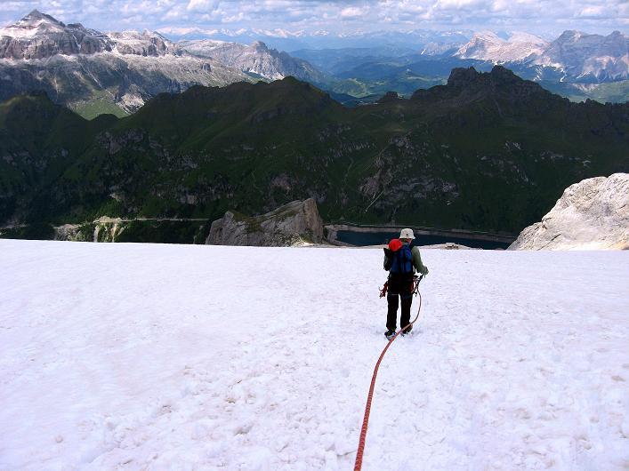 Foto: Andreas Koller / Klettersteig Tour / Marmolada (3343m) - Westgrat Klettersteig (Hans Seyffert Weg) / Abstieg über den Marmolada-Gletscher mit Blick auf die Sella / 18.09.2008 00:24:51