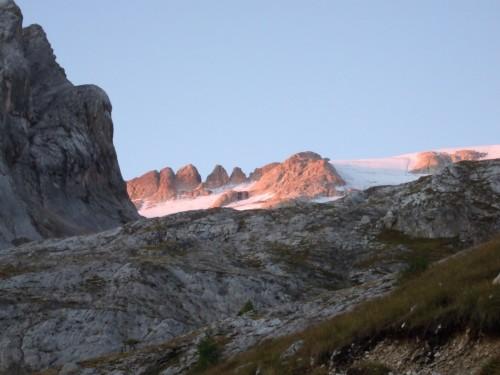 Foto: hofchri / Klettersteig Tour / Marmolada (3343m) - Westgrat Klettersteig (Hans Seyffert Weg) / Sonnenaufgang am Marmolada-Gletscher / 14.02.2009 16:05:29