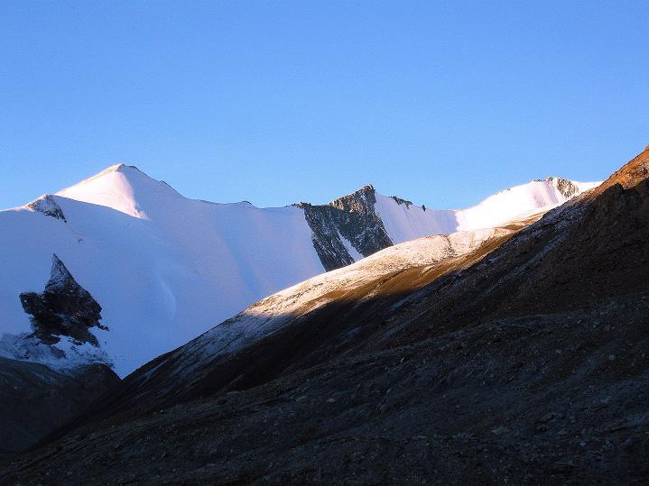 Foto: Andreas Koller / Wander Tour / Dzo Jongo (6217m) / Zarte Farben über Nimaling / 18.09.2008 22:50:39