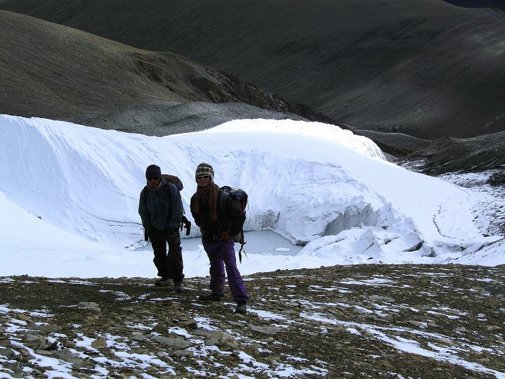 Foto: Andreas Koller / Wander Tour / Dzo Jongo (6217m) / Sherpas vor dem Gletschersee / 18.09.2008 22:43:48