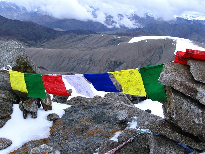 Foto: Andreas Koller / Wander Tour / Dzo Jongo (6217m) / Gebetsfahnen am Gipfel des Dzo Jongo / 18.09.2008 22:37:24