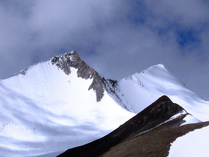 Foto: Andreas Koller / Wander Tour / Aussichtsgipfel Uatse Ri (5673m) / Yak's horns - der doppelgipfelige Dzo Jongo (6217 m) / 23.09.2008 00:39:00