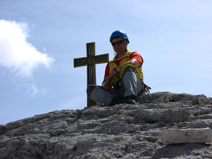 Foto: Andreas Koller / Klettersteig Tour / Ferrata Marino Bianchi - Cristallo di Mezzo (3167 m) / Rast beim Gipfelkreuz / 23.09.2008 01:26:39