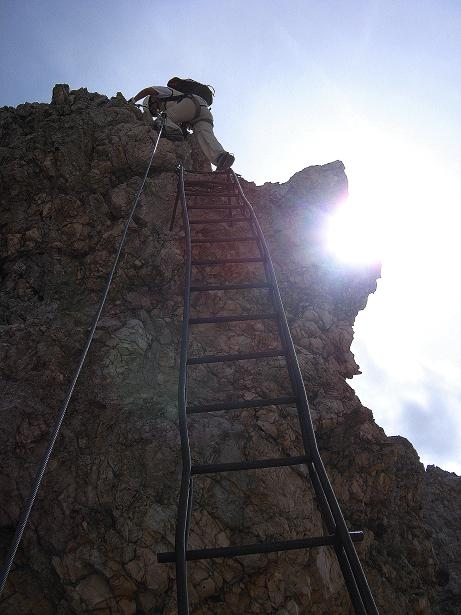 Foto: Andreas Koller / Klettersteig Tour / Ferrata Marino Bianchi - Cristallo di Mezzo (3167 m) / Steil und ausgesetzt über die erste Leiter / 23.09.2008 01:24:41