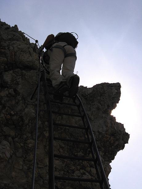 Foto: Andreas Koller / Klettersteig Tour / Ferrata Marino Bianchi - Cristallo di Mezzo (3167 m) / Auf der sehr steilen Leiter / 23.09.2008 01:24:24
