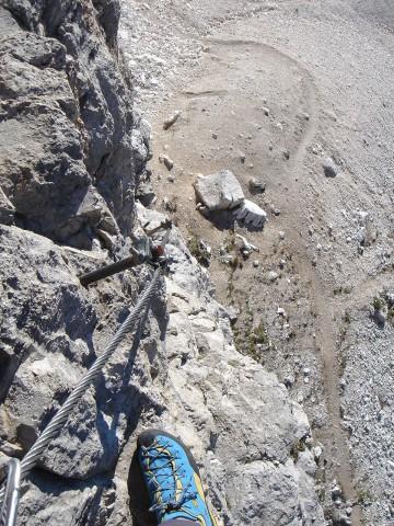 Foto: Manfred Karl / Klettersteig Tour / Piz Boè (3152m), Via ferrata Cesare Piazzetta / Tiefblick zum Einstieg / 23.09.2008 19:26:19