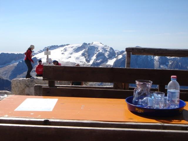 Foto: Manfred Karl / Klettersteig Tour / Piz Boè (3152m), Via ferrata Cesare Piazzetta / Trotz des Wirbels lässt es sich auf der Cap. Fassa gut aushalten / 23.09.2008 19:21:43