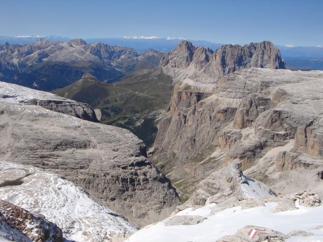 Foto: Manfred Karl / Klettersteig Tour / Piz Boè (3152m), Via ferrata Cesare Piazzetta / Blick über den Sellastock zum Rosengarten und Langkofel, ganz hinten Ortlergruppe / 23.09.2008 19:20:54