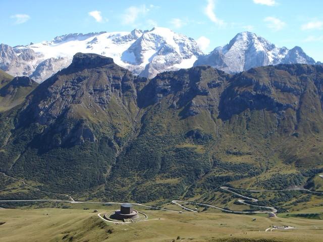 Foto: Manfred Karl / Klettersteig Tour / Piz Boè (3152m), Via ferrata Cesare Piazzetta / Blick zur angezuckerten Marmolada, in Bildmitte der Padonkamm / 23.09.2008 19:09:31