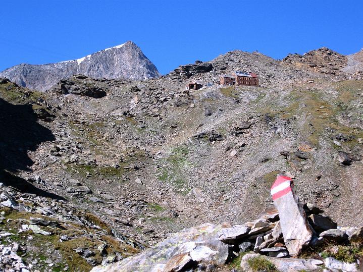 Foto: Andreas Koller / Wander Tour / Schwarze Wand und Hoher Zaun - stille Gipfeltour vom Defregger Haus (3507 m) / Das Defregger Haus überragt vom Hohen Aderl (3504 m) / 24.09.2008 00:04:39
