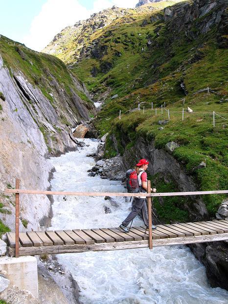 Foto: Andreas Koller / Wander Tour / Schwarze Wand und Hoher Zaun - stille Gipfeltour vom Defregger Haus (3507 m) / Überquerung des Gletscherbaches bei der Johannishütte / 23.09.2008 23:50:15