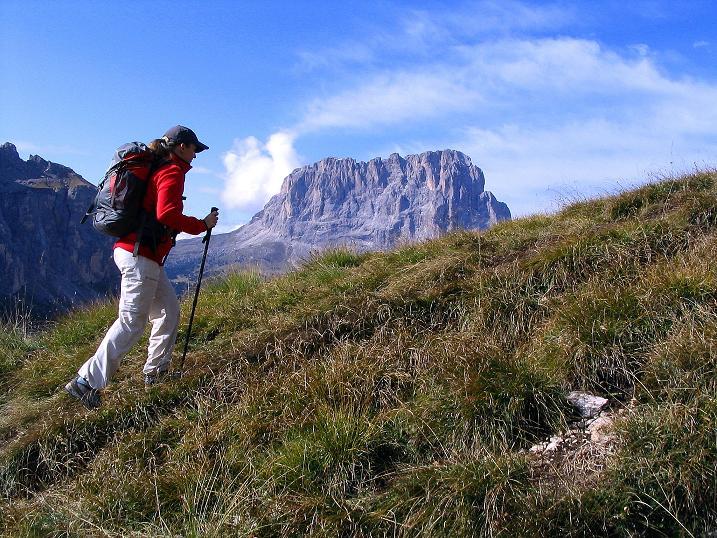 Foto: Andreas Koller / Klettersteig Tour / Ferrata Cir V (2520m) / Aufstieg mit Aussicht auf den Langkofel (3181 m) / 24.09.2008 00:48:29