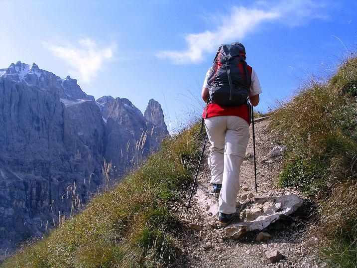 Foto: Andreas Koller / Klettersteig Tour / Ferrata Cir V (2520m) / Aufstieg zu den Cirspitzen mit Sella-Blick / 24.09.2008 00:48:09