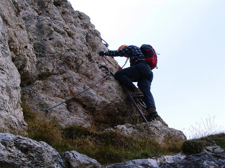 Foto: Andreas Koller / Klettersteig Tour / Ferrata Cir V (2520m) / Der Einstieg mittels Leiter / 24.09.2008 00:47:13