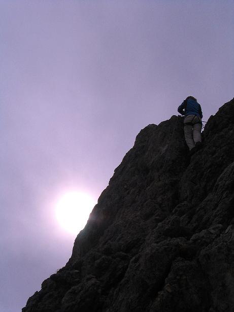 Foto: Andreas Koller / Klettersteig Tour / Ferrata Cir V (2520m) / Steiler Gipfelaufbau im Gegenlicht / 24.09.2008 00:41:52
