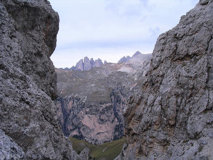 Foto: Andreas Koller / Klettersteig Tour / Ferrata Cir V (2520m) / Blick aus der kleinen Einschartung zu den Geislerspitzen (3025 m) / 24.09.2008 00:41:19