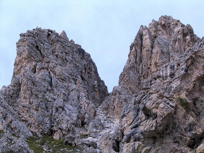 Foto: Andreas Koller / Klettersteig Tour / Ferrata Cir V (2520m) / Links Tschierspitze V, der tiefe Einschnitt rechts davon die steile Abstiegsrinne / 24.09.2008 00:39:31