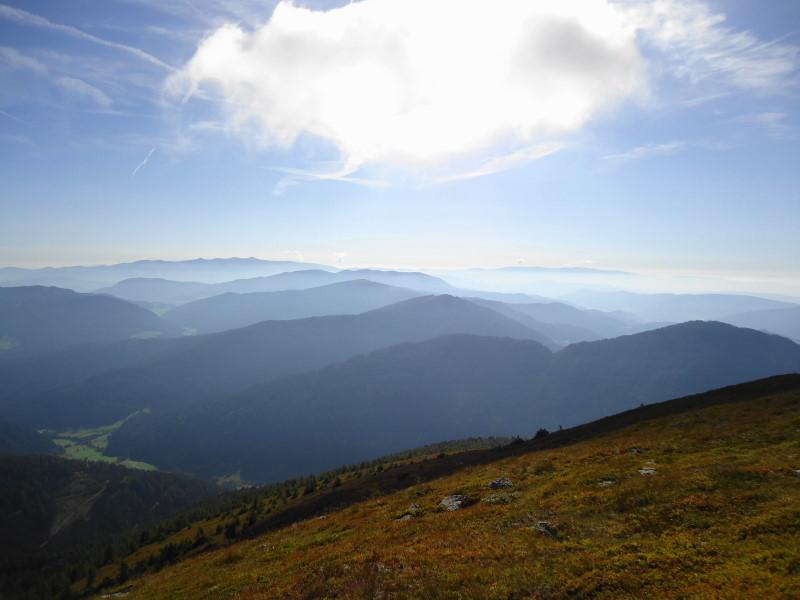 Foto: Günter Siegl / Wander Tour / 7 Gipfel Wanderung / Blick Richtung Osten (Saualpe, Seetaler Alpen, Grebenzen...) / 31.08.2014 21:23:06