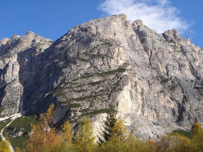 Foto: Manfred Karl / Klettersteig Tour / Punta Fiames, Via ferrata Albino Michielli Strobel / Über die von Latschenbändern durchzogene Flanke führt der Klettersteig / 25.09.2008 21:59:06