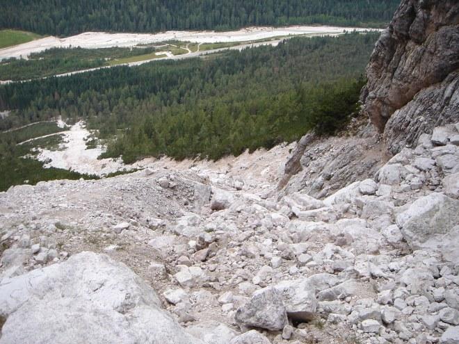 Foto: Manfred Karl / Klettersteig Tour / Punta Fiames, Via ferrata Albino Michielli Strobel / Tiefblick vom Einstieg / 25.09.2008 21:57:11