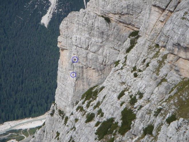 Foto: Manfred Karl / Klettersteig Tour / Punta Fiames, Via ferrata Albino Michielli Strobel / Kletterer an der Fiameskante / 25.09.2008 21:55:01