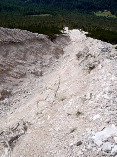Foto: Manfred Karl / Klettersteig Tour / Punta Fiames, Via ferrata Albino Michielli Strobel / Die tief ausgewaschene Schuttrinne im unteren Teil / 25.09.2008 21:34:53