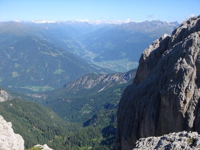 Foto: Manfred Karl / Klettersteig Tour / Laserz Klettersteig / Blick übers Lienzer Becken zu den Hohen Tauern / 25.09.2008 22:40:35