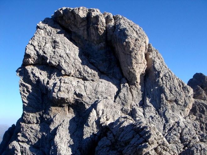 Foto: Manfred Karl / Klettersteig Tour / Laserz Klettersteig / Roter Turm: Kletterberg mit Superrouten, eine ganz leichte ist der Silberpfad rechts neben dem Schmittkamin (beide siehe alpintouren.at) / 25.09.2008 22:39:28