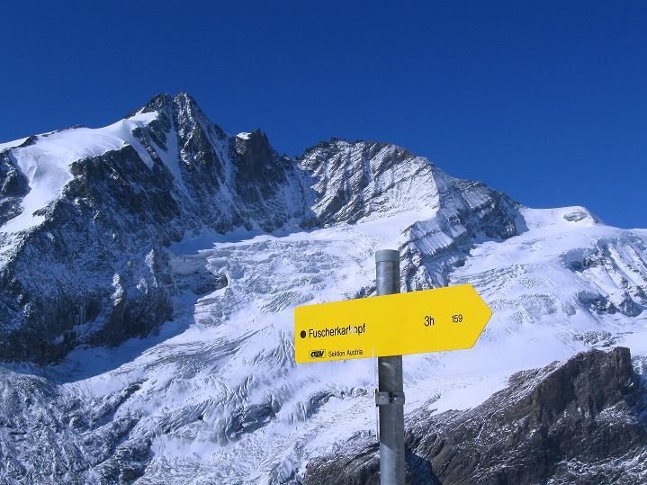 Foto: Andreas Koller / Wander Tour / Fuscherkarkopf (3336m) - Überschreitung / Wegweiser zum S-Grat des Fuscherkarkopfs, Hintergrund: Großglockner (3798 m) / 02.10.2008 03:00:23
