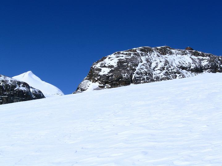 Foto: Andreas Koller / Wander Tour / Fuscherkarkopf (3336m) - Überschreitung / Neben der Oberwalder Hütte am Großen Burgstall (2973 m) lugt der Johannisberg (3463 m) hervor / 02.10.2008 02:57:25