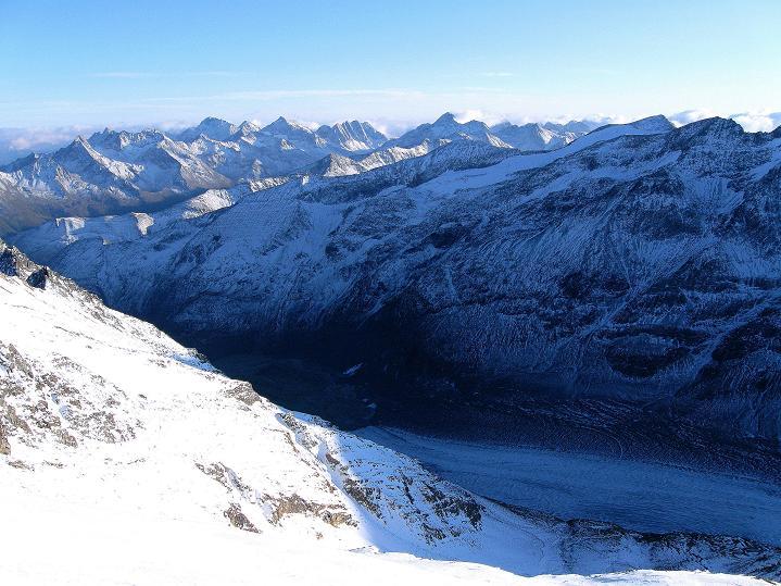 Foto: Andreas Koller / Wander Tour / Fuscherkarkopf (3336m) - Überschreitung / Im Tal die Pasterze, darüber die Schobergruppe / 02.10.2008 02:50:54