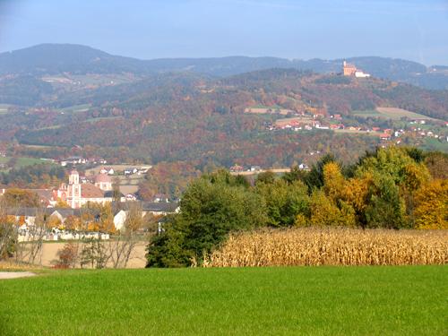 Foto: NaturparkPöllauerTal / Wander Tour / Wallfahrerweg: Pöllau - Pöllauberg - Pöllau / Schloss Pöllau und Kirche Pöllauberg, (c) TV Naturpark Pöllauer Tal / 02.10.2008 08:59:21