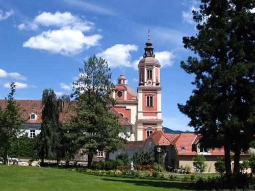Foto: NaturparkPöllauerTal / Wander Tour / Pöllau - Pöllauberg - Masenberg - Pöllau / Schlosspark mit Blick auf Schloss Pöllau, (c) TV Naturpark Pöllauer Tal / 02.10.2008 09:42:27