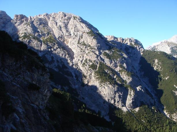 Foto: Manfred Karl / Klettersteig Tour / Via ferrata René de Pol / Gegenüber der Dibonasteig mit der italienischen Frontlinie zwischen Col dei Stombi und Zurlon / 04.10.2008 17:18:54