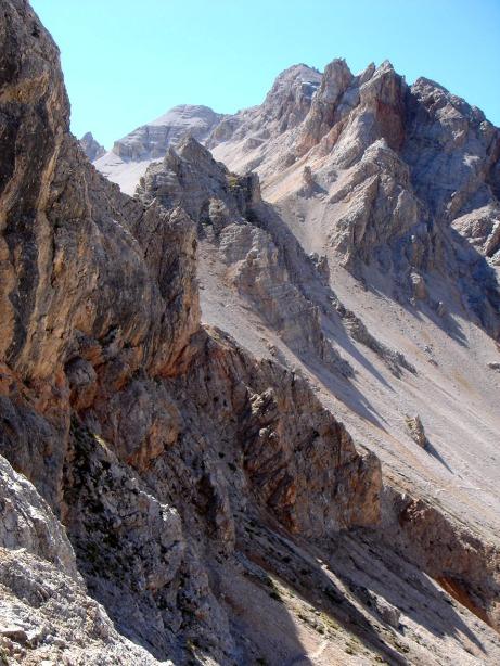 Foto: Manfred Karl / Klettersteig Tour / Via ferrata René de Pol / Meist führt der Weg in der Westflanke des zerzackten Grates entlang zur Forcella Verde / 04.10.2008 17:09:17