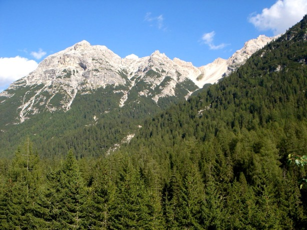 Foto: Manfred Karl / Klettersteig Tour / Via ferrata René de Pol / Punta Ovest del Forame von Ospitale aus gesehen, auf den linken Gipfel verläuft der Klettersteig, ganz rechts das Kar, über das man absteigen kann / 04.10.2008 16:56:04