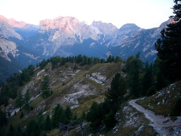 Foto: Manfred Karl / Klettersteig Tour / Via ferrata Ivano Dibona / Der Weg führt in gut angelegten Serpentinen zum Col dei Stombi / 04.10.2008 16:44:47
