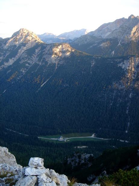 Foto: Manfred Karl / Klettersteig Tour / Via ferrata Ivano Dibona / Tiefblick vom Col dei Stombi zum Ausgangspunkt Ospitale / 04.10.2008 16:44:19