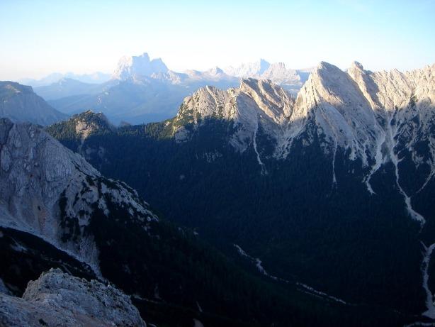 Foto: Manfred Karl / Klettersteig Tour / Via ferrata Ivano Dibona / Weit reicht der Blick am frühen Morgen zum Pelmo und zur Civetta / 04.10.2008 16:40:37